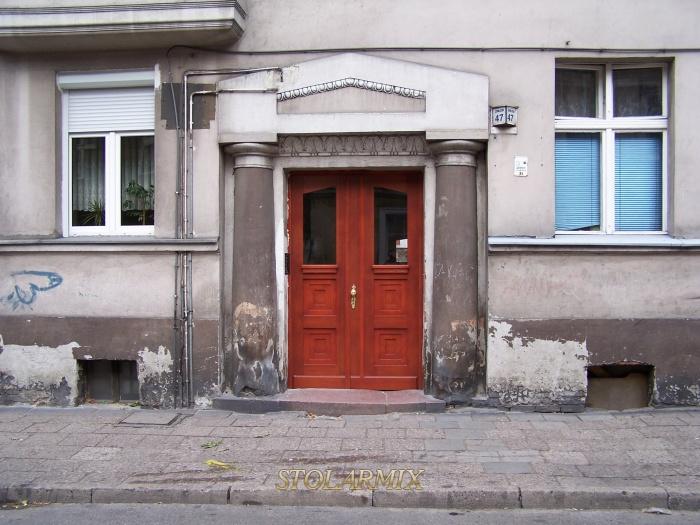 Drzwi zabytkowe do kamienicy w kolorze teak. Wzór kasetonów prosty z szybą zespoloną P3.