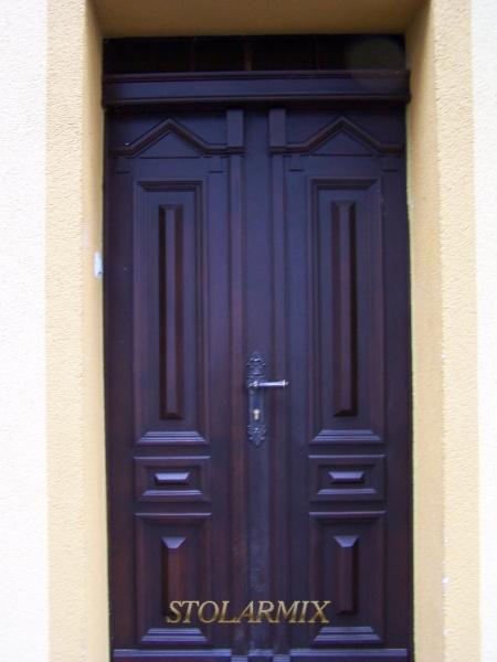 Zabytkowe drzwi do kamienicy wykonane wg wzorca istniejących. Odtworzone w sposób identyczny jak stare drzwi.