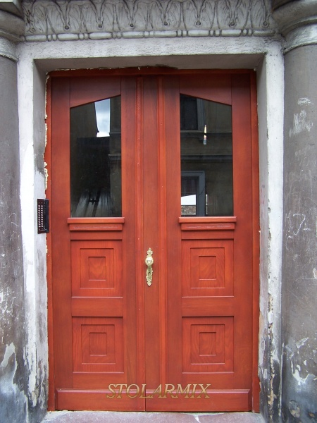 Drzwi do kamienicy zabytkowej wykonano z wiernym odzwierciedleniem pierwowzoru. Wzór kasetonów prosty z szybą zespoloną P3.