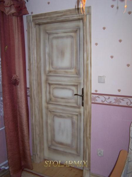 Drzwi zabytkowe współczesne RETRO. Wykonane w 100% z drewna sosnowego. Powierzchnia drewna pokryta patyną jasną, utworzoną z 6 warstw lakierów.