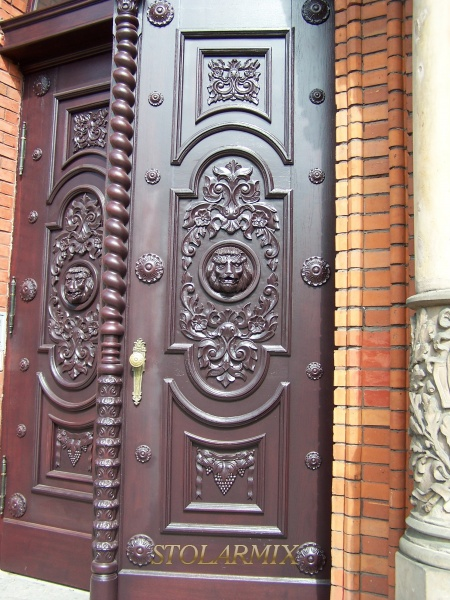 Główne drzwi wejściowe do budynku szkoły jednej z najstarszych w Bydgoszczy. Wykonane z dębu, bardzo bogato rzeźbione. Wykonane wg projektu na podstawie zachowanych zdjęć archiwalnych. Pod ścisłym nadzorem konserwatorskim.