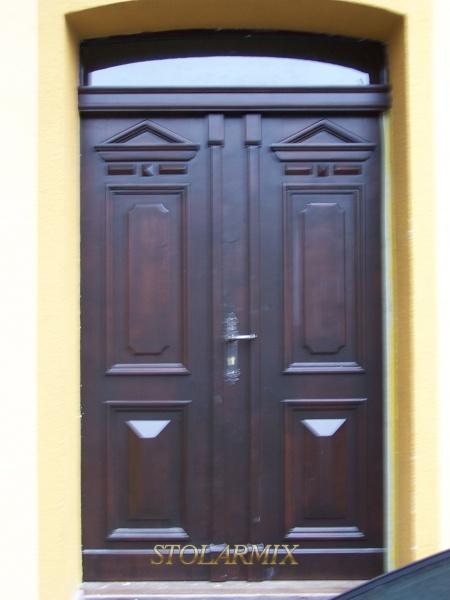 Drzwi zabytkowe w kamienicy wykonane na wzór starch. Odtworzono z wzoru w 70% zachowanych starych drzwi.