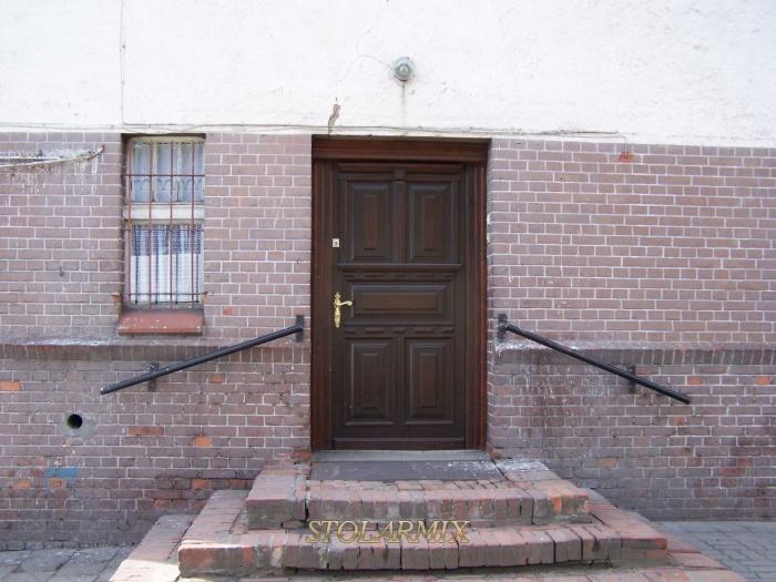 Drzwi zabytkowe dębowe, wzmacniane. Odtworzone wg przekazów historycznych.