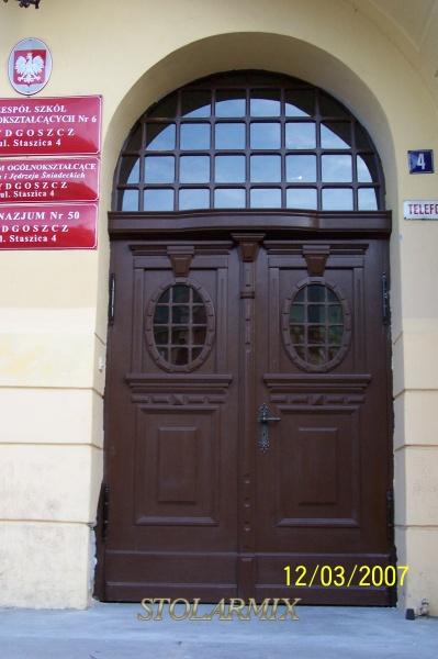 Drzwi zabytkowe dębowe - główne wejście. Wykonane wg projektu, na podstawie starych fotografii.