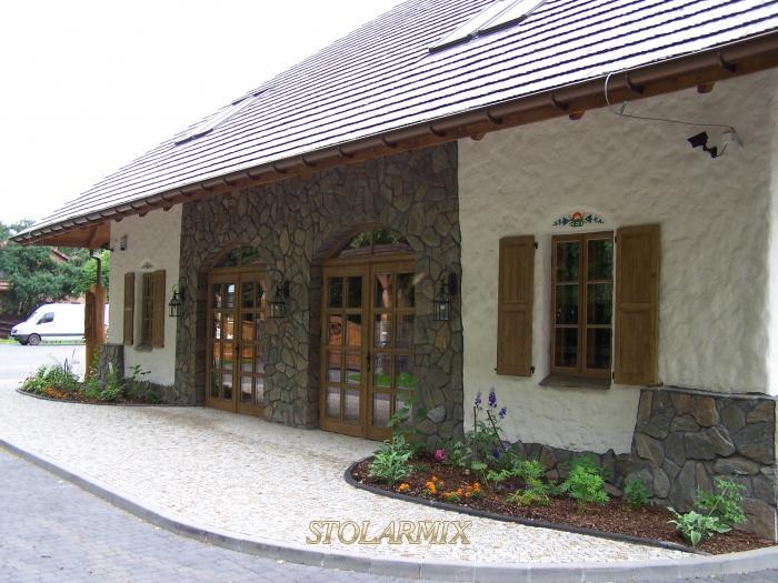 Drzwi zabytkowe , wykonane wg projektu, w budynku nawiązującym do regionalnego budownictwa kurpiowskiego.