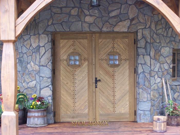 Drzwi zabytkowe klepkowe, o trzywarstwowej budowie, wzmacniane wg starej zabudowy kurpiowskiej.