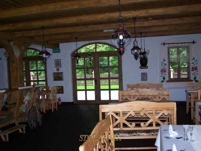Widok wewnętrzny drzwi ramowych z łukiem oraz okien ościeżnicowych.