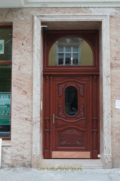 Główne drzwi do pięknej kamienicy w Bydgoszczy. Drzwi wykonane z litego dębu wg indywidualnego projektu inwestora. Inne realizacje tego dotyczące stolarki zabytkowej w tym obiekcie.