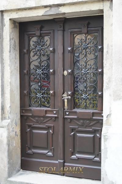 Stare drzwi z kratami ozdobnymi, które posiadają wszystkie połączenia nitowe, po renowacji całej ramy i skrzydeł drzwiowych oraz krat .