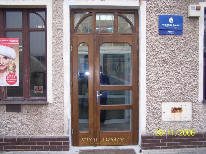 Drzwi dębowe, przeszklone z elementami szprosów łukowych.