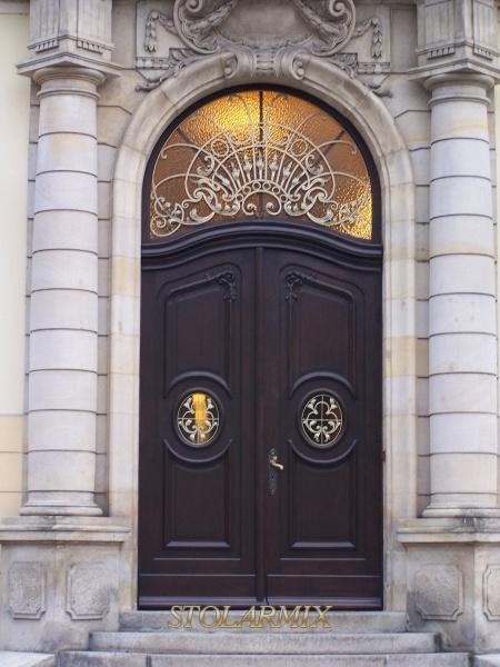 Zabytkowe wejście do budynku Akademii Muzycznej zdobią drzwi dębowe po przeprowadzonej renowacji.