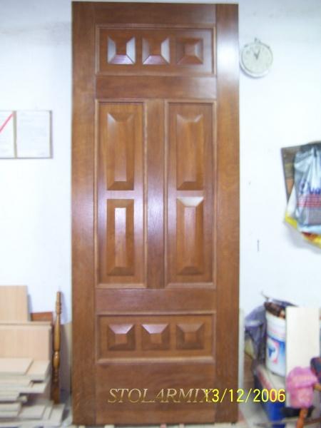 Drzwi do kamienicy na rynku w Toruniu. replika starych, w fazie wykonawstwa.