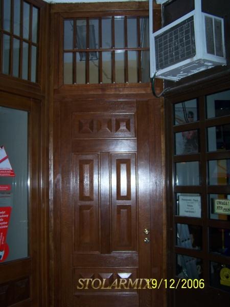 Drzwi do kamienicy na rynku w Toruniu. replika starych, po zamontowaniu.