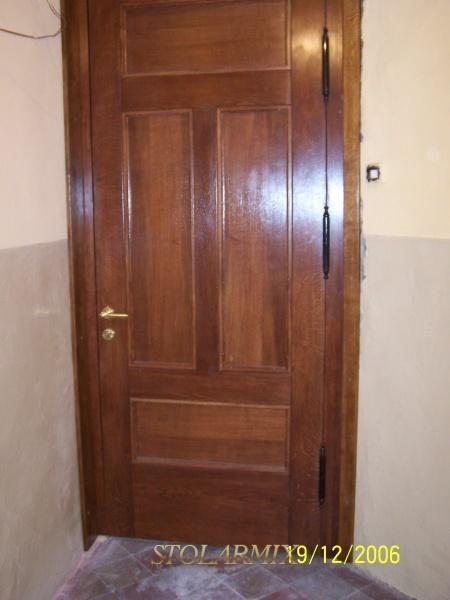 Drzwi do kamienicy na rynku w Toruniu. replika starych, po zamontowaniu - widok od wnętrza.