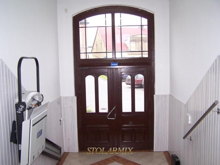 Widok od wnętrza wejścia do budynku urzędu wykonane wg starych drzwi.