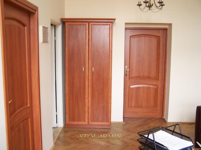 Drzwi współczesne płycinowe o symbolicznym zaakcentowaniu kasetonów.