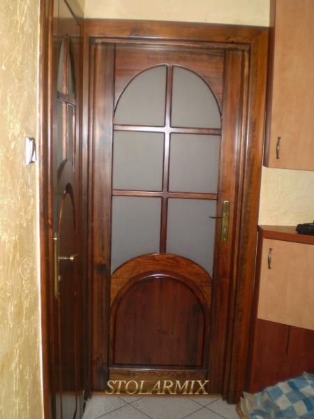 Drzwi współczesne z elementami ramiaków łukowych.