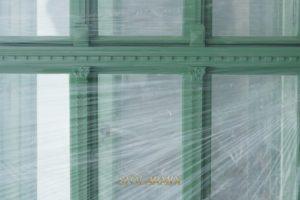 Fragment zabytkowego ślemienia oraz głowic, jako przykład wykorzystania elementów starych okien do tworzenia replik. Okna znajdują się w Olsztynie.