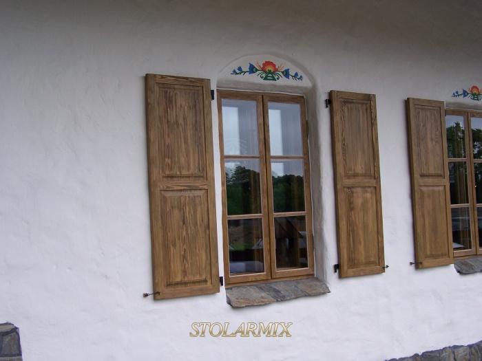 Wygląd okien skrzynkowych z okiennicami, przyozdobionych motywami kwiatów, żywo nawiązuje do typowej kultury kurpiowskiej.