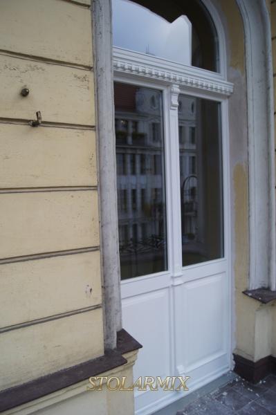 Drzwi balkonowe - zabytkowe, o bogato zdobionym ślemieniu.