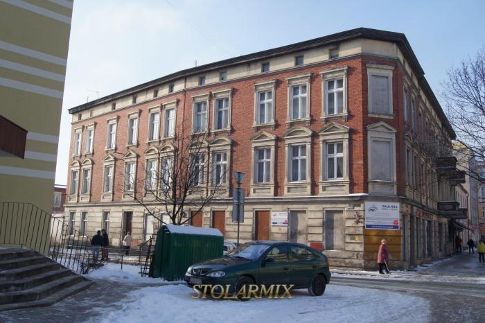 Budynek w stylu neoklasycystycznym z zachowaną stolarką zabytkową. Wykonano w nim repliki okien skrzynkowych na wzór istniejących.
