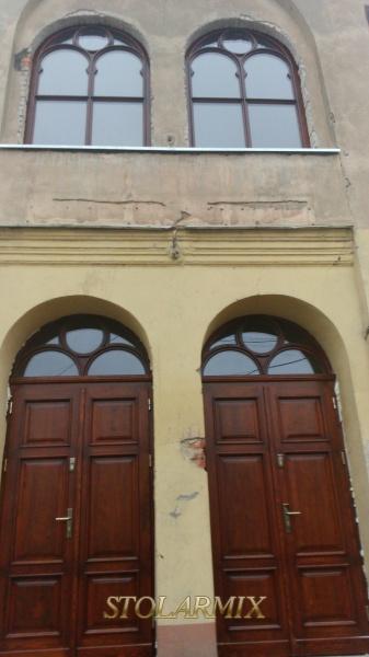 Połączenie zabytkowych okien i drzwi jako zwieńczenie głównego wejścia do budynku w Koronowie.