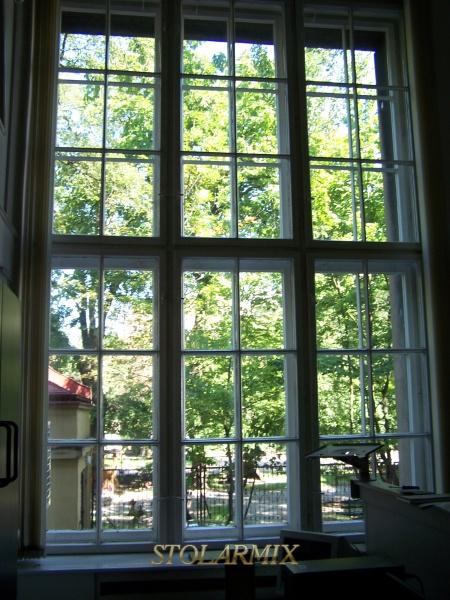 Okna zabytkowe skrzynkowe z szprosami.