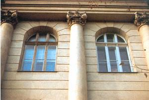 Okno skrzynkowe w górnej części łukowe.