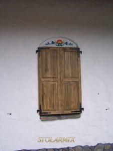 Okiennice w stylu kurpiowskim.