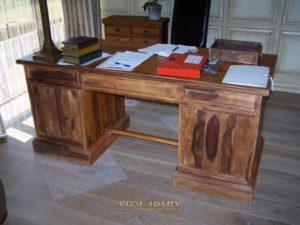 Renowacja mebli - przykład biurka stylizowanego z akacji.