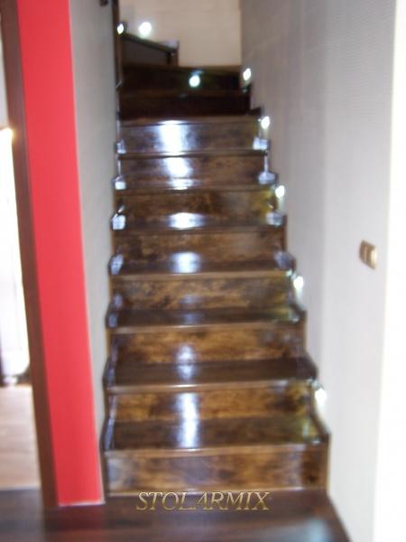 Schody i balustrady w kolorze orzechu.