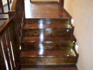 Schody i balustrady w kolorze orzechu