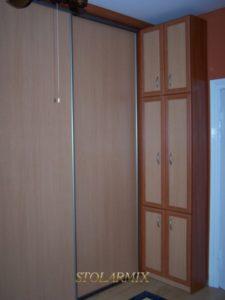 Zabudowy wnęk - przykład wykonania drzwi przesuwnych na profilu aluminiowym.