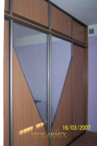 Zabudowy wnęk - przykład wykonania drzwi przesuwnych na profilu aluminiowym, połączenie ratanu z lustrem.