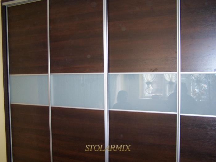 Zabudowy wnęk - przykład wykonania drzwi przesuwnych na profilu aluminiowym w połączeniu szkła lakomat z płytą.
