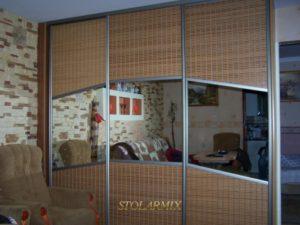 Zabudowy wnęk - przykład wykonania drzwi przesuwnych na profilu aluminiowym, połączenie bambusa z lustrem.