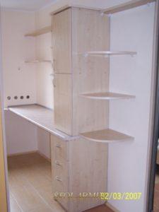 Zabudowy wnęk - przykład wykonania półek przy garderobie.