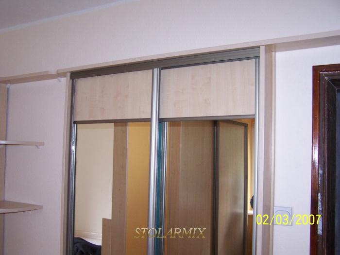 Zabudowy wnęk - przykład wykonania drzwi przesuwnych na profilu aluminiowym, połączenie płyty z lustrem.