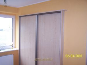 Zabudowy wnęk - przykład wykonania drzwi przesuwnych na profilu aluminiowym z wypełnieniem płytą.
