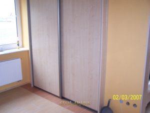 Zabudowy wnęk - przykład wykonania drzwi przesuwnych na profilu aluminiowym z wypełnieniem płytą
